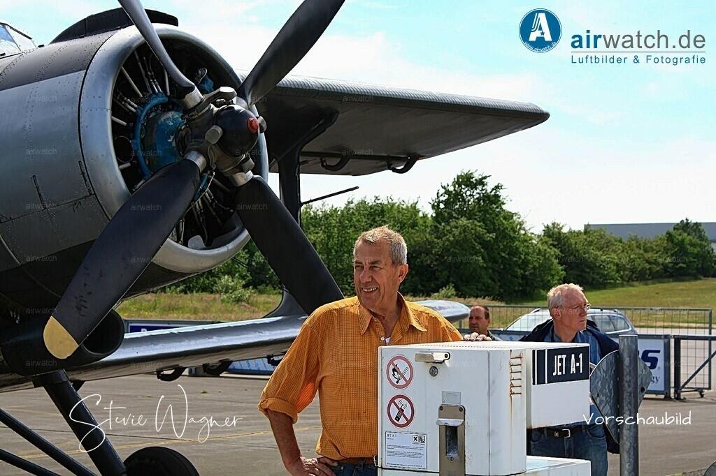 Flughafen Husum, Service-Team,  Juergen Wollenweber, Antonow AN-2 | Flughafen Husum, Service-Team,  Juergen Wollenweber, Antonow AN-2 • max. 4272 x 2848 pix