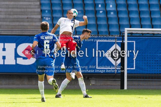 Fußball, Herren, Testspiel, Hamburger SV - FC Hansa Rostock, Volksparkstadion, 09.08.2020   Bobby Wood (#11 HSV) am Ball, Julian Riedel (#3 Hansa Rostock)