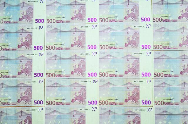 Nebeneinandergelegte 500-Euro-Scheine | Als Wandtapete nebeneinander ausgebreitete 500-Eurobanknoten.