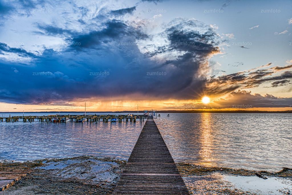 191002_1814-0455_0 | Nachtrag zum gestrigen Bild vom Plauer See beim Ferienwohnung fotografieren. Leider zog bei meiner Ankunft eine Wolke auf und es gab Regen. Ganz kurz vor dem Sonnenuntergang kam die Sonne dann doch noch kurz raus.