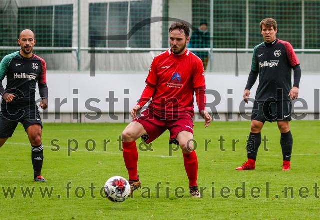 2020-09-26_080_FC_Schwaig_gegen_FC_Schwabing_Muenchen | Oberding, Deutschland, 26.09.2020: Fußball, Bezirksliga Nord 2019 / 2020, 22. Spieltag, FC Schwaig gegen FC Schwabing München, Endergebnis: 5:1  Florian Fink (FC Schwaig, #6), Luca Dwertmann (FC Schwabing München, #17), Benjamin Held (FC Schwaig, #17)  Foto: Christian Riedel / fotografie-riedel.net