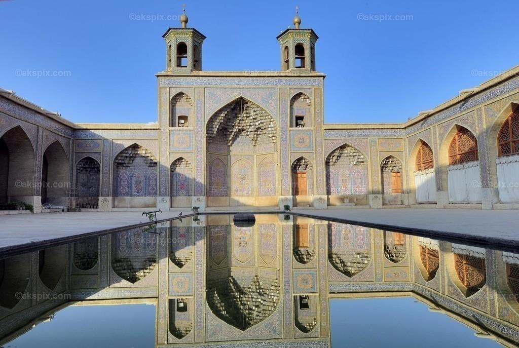 Nasir-ol-Molk-Moschee - Historisch   Die Nasir-ol-Molk-Moschee, auch bekannt als Rosafarbene Moschee, ist eine Moschee in Schiras, Iran. Sie liegt am Gowad-e-Arabān-Platz in der Nähe der Schāh-Tschérāgh-Moschee.  Die Moschee wurde im Zeitalter der Kadscharen-Dynastie erbaut. Die Bauzeit war von 1876 bis 1888, der Bau selbst lag unter der Aufsicht von Mirzā Hasan Ali (Nasir ol Molk), einem Anführer der Kadscharen. Die Architekten der Moschee waren Mohammad Hasan-e-Memār und Mohammad Rezā Kāshi-Sāz-e-Širāzi. Die Nasir-ol-Molk-Moschee befindet sich zentral gelegen in der Stadt am Goade-e-Araban-Platz und wird bis heute von Gläubigen benutzt. Damals rief eine Stiftung den Bau der Nasir-ol-Molk-Moschee ins Leben. Diese Stiftung betreibt die Moschee bis heute.