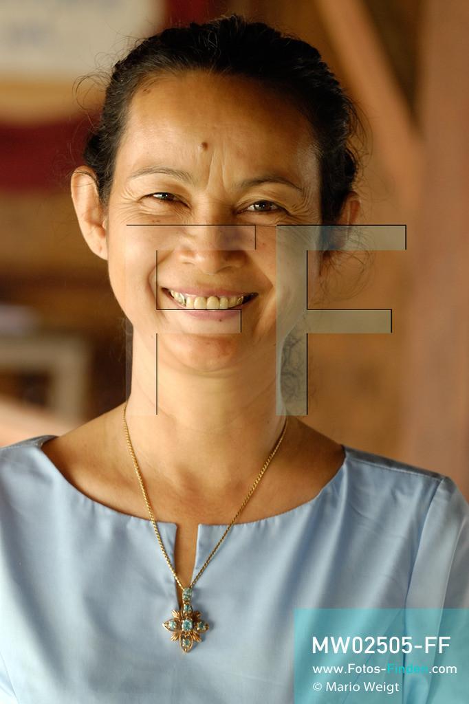 MW02505-FF | Kambodscha | Phnom Penh | Reportage: Apsara-Tanz | Porträt der Tanzlehrerin Vong Metry. Sie lehrt Tanzschülerinnen den Apsara-Tanz. Sechs Jahre dauert es mindestens, bis der klassische Apsara-Tanz perfekt beherrscht wird. Kambodschas wichtigstes Kulturgut ist der Apsara-Tanz. Im 12. Jahrhundert gerieten schon die Gottkönige beim Tanz der Himmelsnymphen ins Schwärmen. In zahlreichen Steinreliefs wurden die Apsara-Tänzerinnen in der Tempelanlage Angkor Wat verewigt.   ** Feindaten bitte anfragen bei Mario Weigt Photography, info@asia-stories.com **
