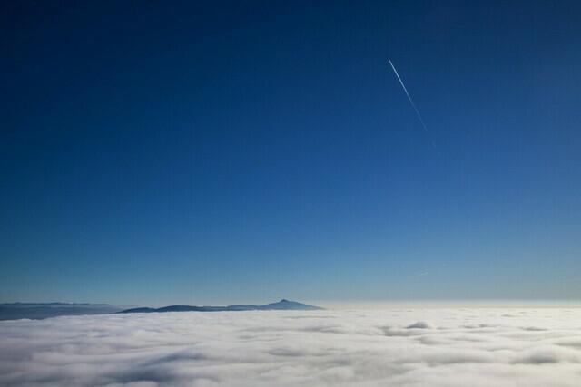 Der Jeschken über den Wolken | Blick vom Hochwald zum Jeschken bei Inversionswetterlage.