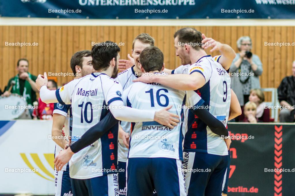 2016_108_BLM_Netzhoppers-Lüneburg | Jubel bei Lüneburg mit Steven Marshall (SVG #10), Carlos Mora Sabate (SVG #16) und Falko Steinke (SVG #9)