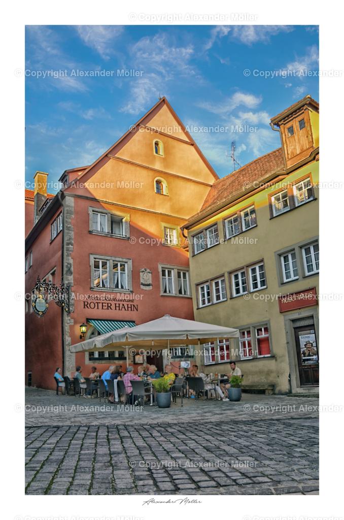"""Rothenburg ob der Tauber No.46   Dieses Werk zeigt das Geburtshaus von Georg Nusch. Er war im Jahr 1630 Bürgermeister von Rothenburg, als im Dreißigjährigen Krieg der Feldherr Tilly der Kaiserlichen Armee die Stadt belagerte und diese schließlich kapitulieren musste. Nusch entstammt einer Patrizierfamilie aus Rothenburg ob der Tauber. Sein Wohnhaus war das sogenannte """"Jaxtheimerische"""" gegenüber dem Rothenburger Rathaus, das heute eine Apotheke beherbergt, sein Geburtshaus die Weinwirtschaft """"Zum Roten Hahn"""" (heute ein Hotel)."""