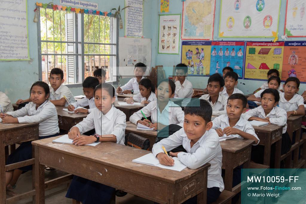 MW10059-FF | Kambodscha | Siem Reap | Reportage: Sombath erkundet Angkor | Sombath im Klassenzimmer seiner Schule. Der achtjährige Sombath lebt in Kambodscha im Dorf Anjan, sechs Kilometer westlich von Siem Reap entfernt. In seiner Freizeit nimmt ihn manchmal sein Onkel in die berühmte Tempelanlage von Angkor mit. Besonders mag er die riesigen Wurzeln der Kapokbäume, die auf den uralten Mauern wachsen. Seine Lieblingstempel in Angkor sind Ta Prohm, Banteay Kdei und Preah Khan.  ** Feindaten bitte anfragen bei Mario Weigt Photography, info@asia-stories.com **