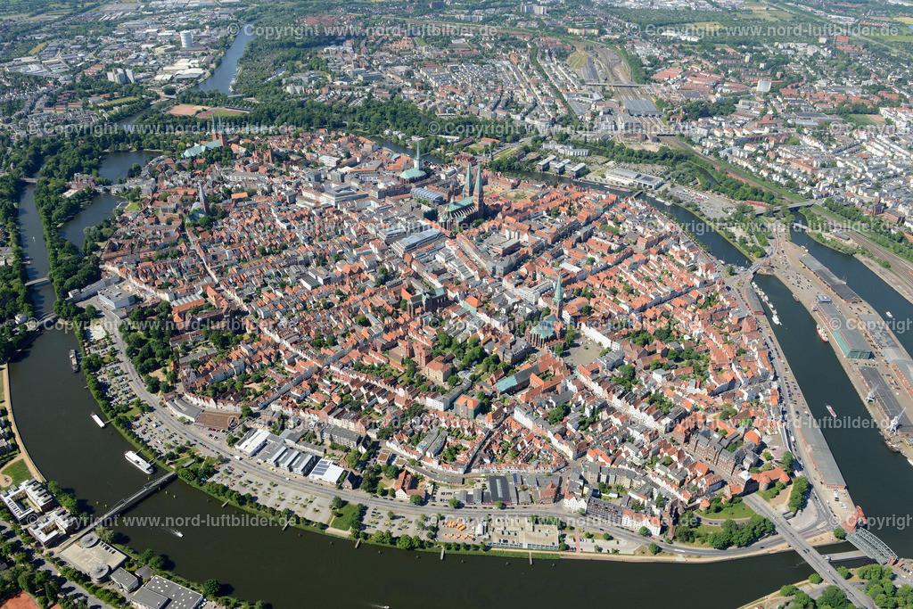 Lübeck_ELS_8379151106 | Lübeck - Aufnahmedatum: 10.06.2015, Aufnahmehoehe: 588 m, Koordinaten: N53°52.494' - E10°42.068', Bildgröße: 6813 x  4547 Pixel - Copyright 2015 by Martin Elsen, Kontakt: Tel.: +49 157 74581206, E-Mail: info@schoenes-foto.de  Schlagwörter;Foto Luftbild,Altstadt,HolstenTor,Kirche,Hanse,Hansestadt,Luftaufnahme,