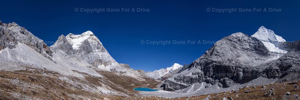 China | Bergpanorama im Yading Nature Reserve in Sichuan. Blick auf den auf 4.530 m Höhe gelegenen Milk Lake.