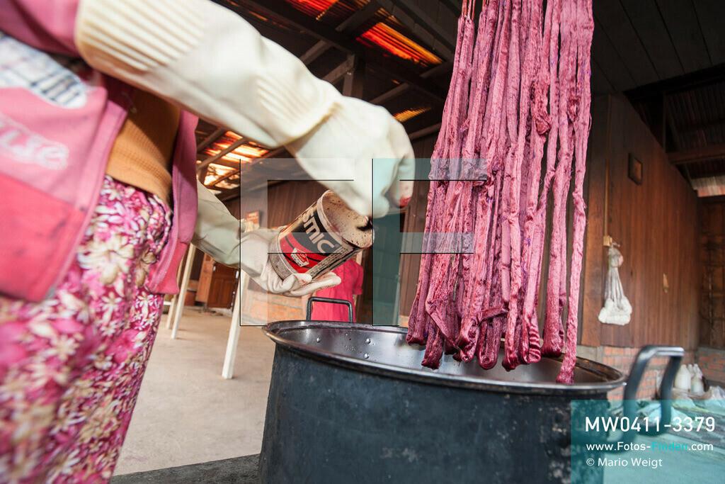 MW0411-3379 | Kambodscha | Stung Treng | Reportage: Seidenherstellung | Färben von Seidenfäden. Seidenweberei ist eine uralte traditionelle Handwerkskunst.   ** Feindaten bitte anfragen bei Mario Weigt Photography, info@asia-stories.com **