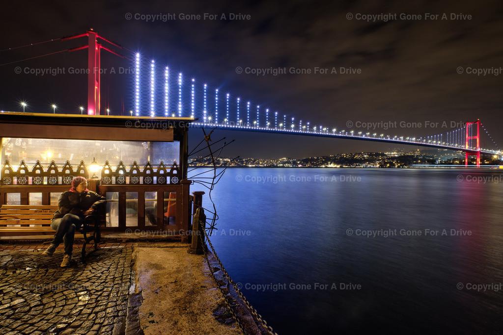 Türkei | Istanbbul, Blick auf die beleuchtete erste Bosporus Brücke (Brücke der Märtyrer des 15. Juli) bei Nacht.