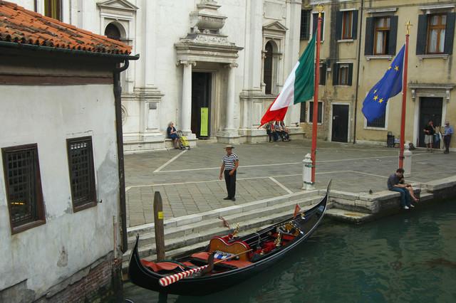 Gondoliere in Venedig   Der Gondoliere wartet auf Gäste