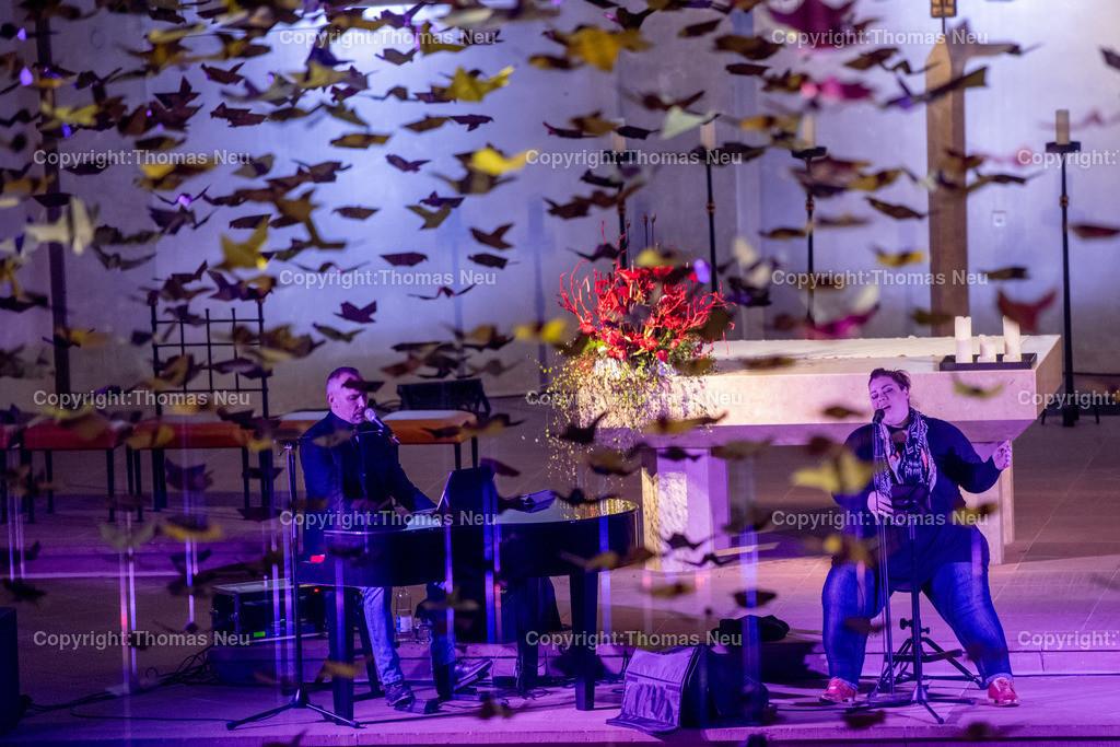 DSC_7798 | Bensheim, Kirche Sankt Georg, Abschlusskonzert unter der Friedenstauben-Installation mit dem Duo Bollwerk , Illumination der Kirche,   ,, Bild: Thomas Neu