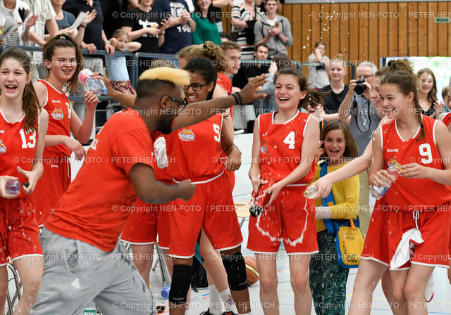 Basketball U14 w SG Darmstadt Rossdorf - Recklinghausen (41:40) 20190519 copyright by HEN-FOTO | Basketball U14 w Deutscher Meister SG Darmstadt Rossdorf - Recklinghausen (41:40) 20190519 Dusche f Trainer copyright by HEN-FOTO Foto: Peter Henrich