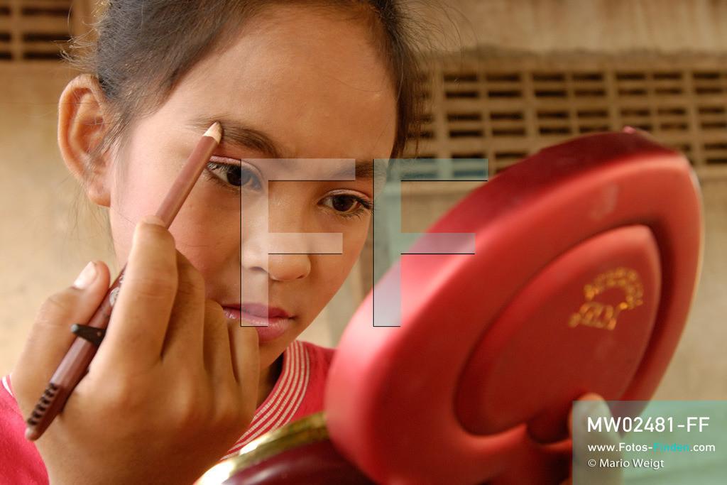 MW02481-FF   Kambodscha   Phnom Penh   Reportage: Apsara-Tanz   Tanzschülerin beim Schminken in einer Tanzschule. Sie lernt den Apsara-Tanz. Sechs Jahre dauert es mindestens, bis der klassische Apsara-Tanz perfekt beherrscht wird. Kambodschas wichtigstes Kulturgut ist der Apsara-Tanz. Im 12. Jahrhundert gerieten schon die Gottkönige beim Tanz der Himmelsnymphen ins Schwärmen. In zahlreichen Steinreliefs wurden die Apsara-Tänzerinnen in der Tempelanlage Angkor Wat verewigt.   ** Feindaten bitte anfragen bei Mario Weigt Photography, info@asia-stories.com **