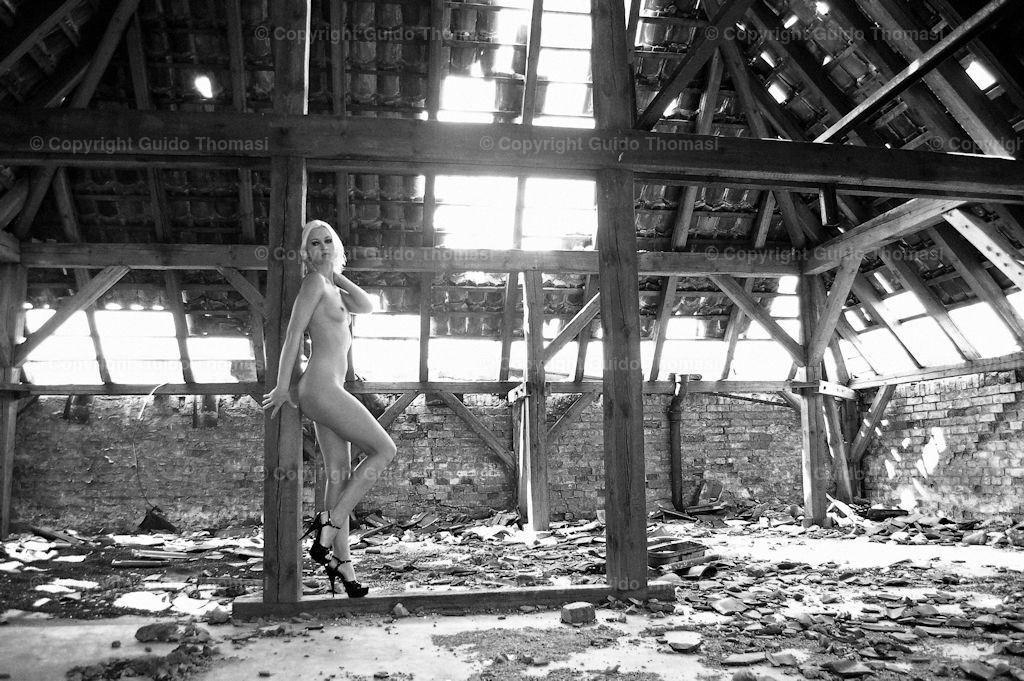 Continental,conti, erotikposter,aktfoto, aktposter, sw,akt,frau,schwarzweiß, schwarz weiß, aktfoto,bl Blond, busen, Brust,  | Diese Bilder entstanden in dem alten Continental Werk Hannover Limmer.  In dem Werk, habe ich circa 10000 Fotos geschossen. Die besten Bilder aus den Shootings sind in meinem ersten Bildband veröffentlicht. ( DEAD  PLACE EROTIC )