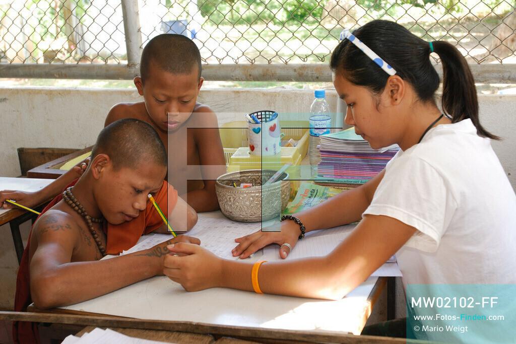 MW02102-FF   Thailand   Goldenes Dreieck   Reportage: Buddhas Ranch im Dschungel   Der junge Mönch Pansaen lernt in der Klosterschule  ** Feindaten bitte anfragen bei Mario Weigt Photography, info@asia-stories.com **