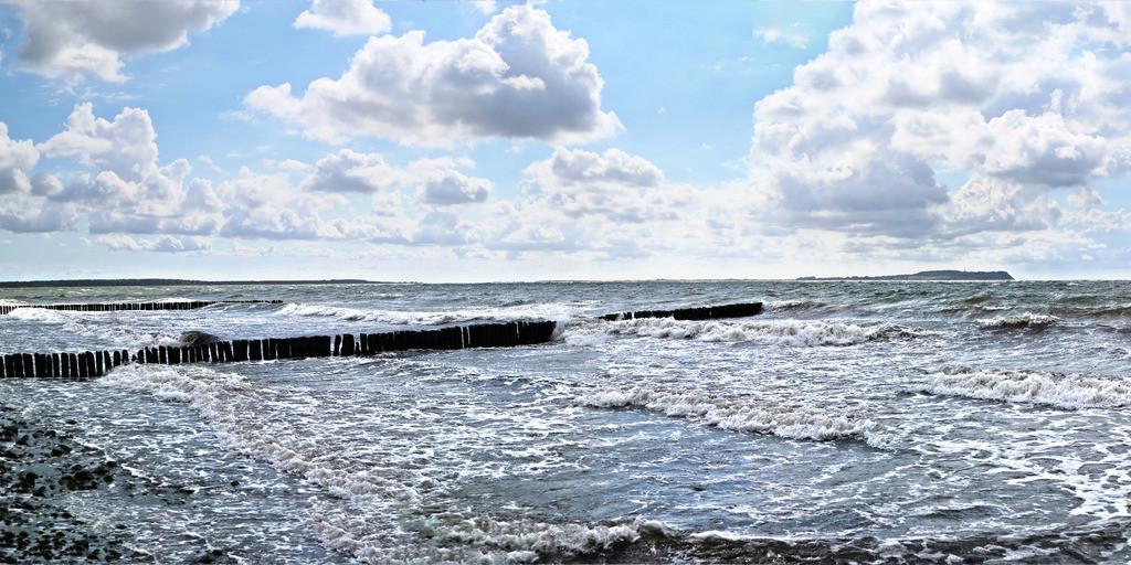 Panorama von Ostseestrand nach Sturm | Stürmischer Ostseestrand in Dranske mit Buhnen Panorama