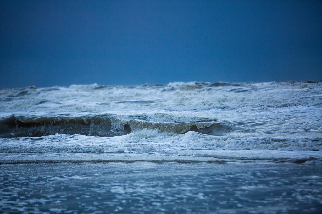 JT-131130-020   Nordseestrand, aufgewühlte See, Wolkenberge, bei einem Herbststurm