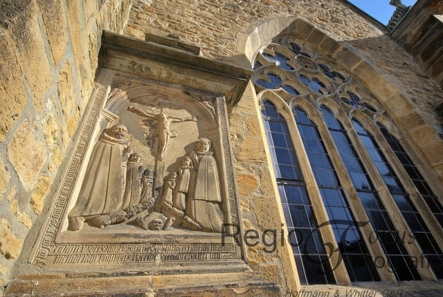 Details | Relief am Hildesheimer Mariendom neben dem gotischen Fenster