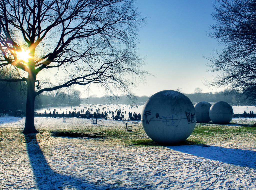 Münster - Aasee im Winter | Münster's Aasee-Kugeln vor einem zugefrorenen See im Winter