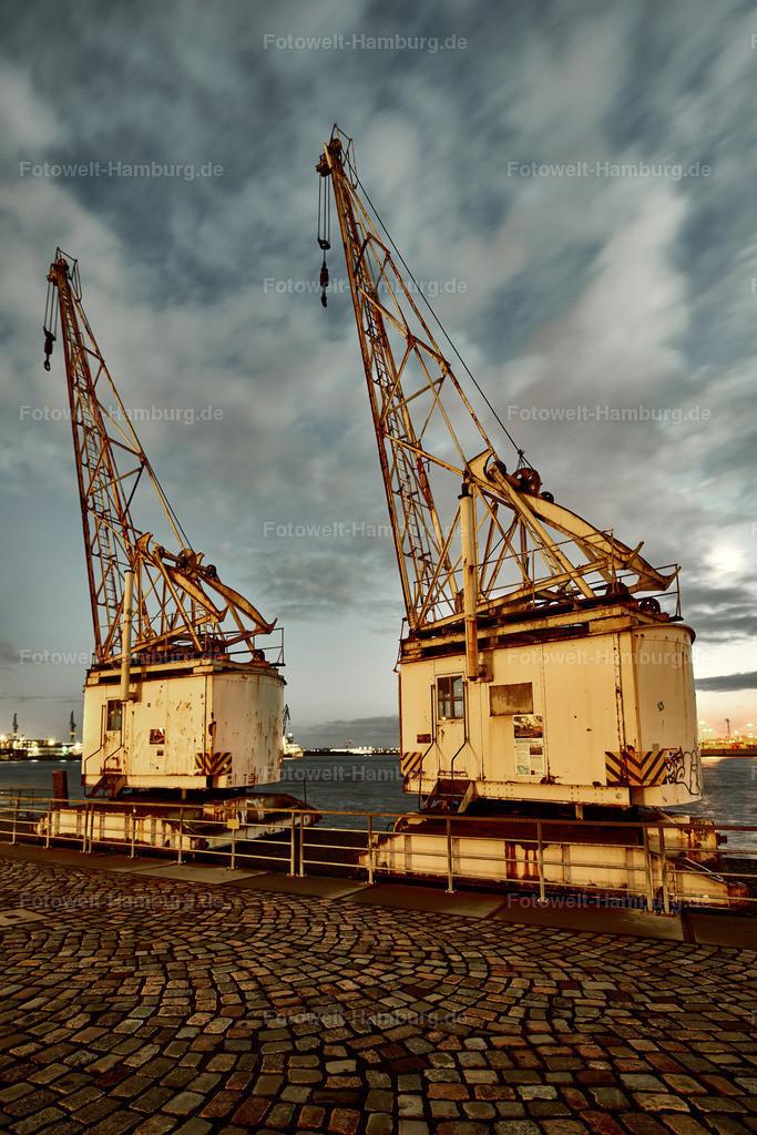 12021951 - Historische Hafenkräne   Historische Hafenkräne am Altonaer Holzhafen