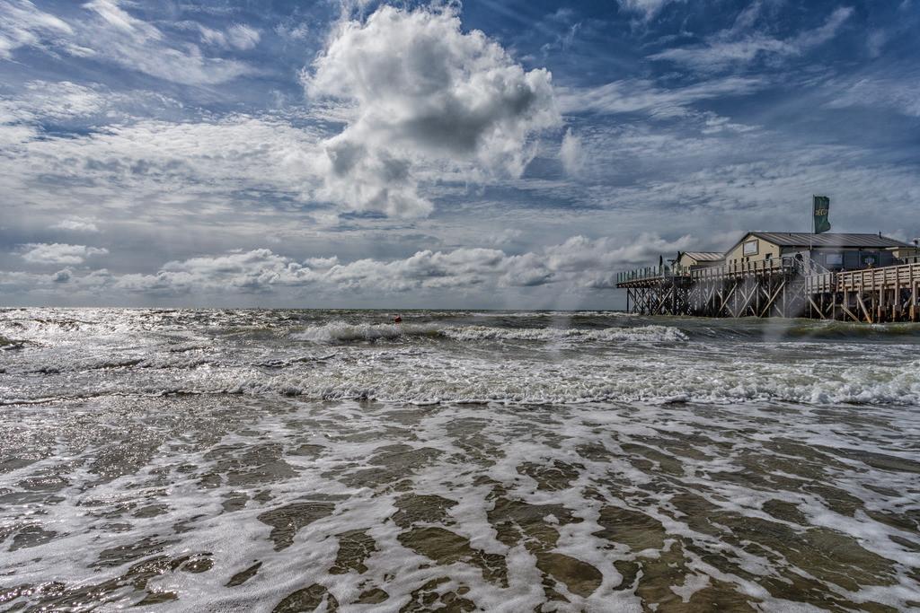 Weiße Wolken am blauen Himmel über der Nordsee    Wind und Wellen in Sankt Peter-Ording sind typisch