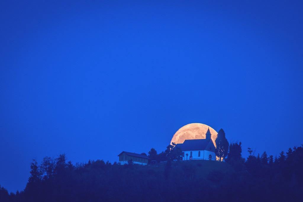 Hörnleberg-Mond | Mondaufgang hinter der Wallfahrtskirche auf dem Hörnleberg im Elztal
