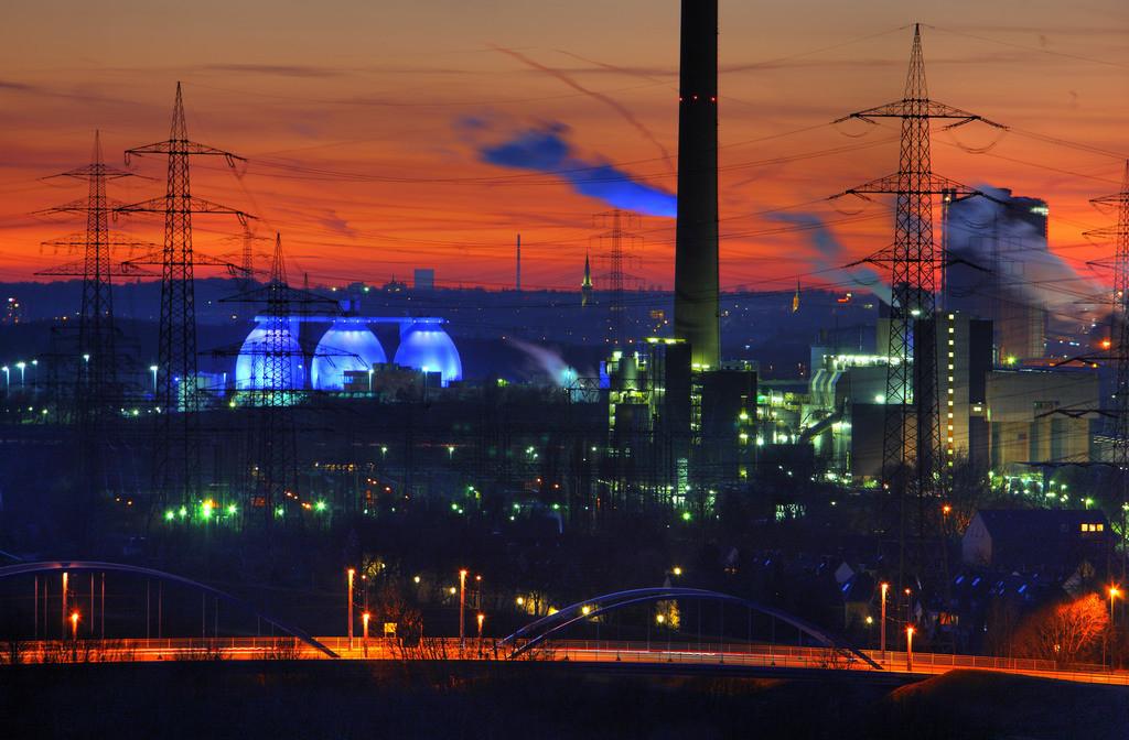 Ruhrgebiets Industrielandschaft | Kokerei Proper in Bottrop,rechts,  Faultürme des Emscherklärwerks, RWE Müllverbrennungsanlage Essen-Karnap,