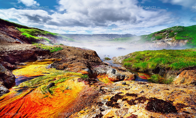 Warme Farben | Aktives Geothermalgebiet mit farbenfrohen Böden und einem Nebelteich - Location: Island, Hengill-Gebiet