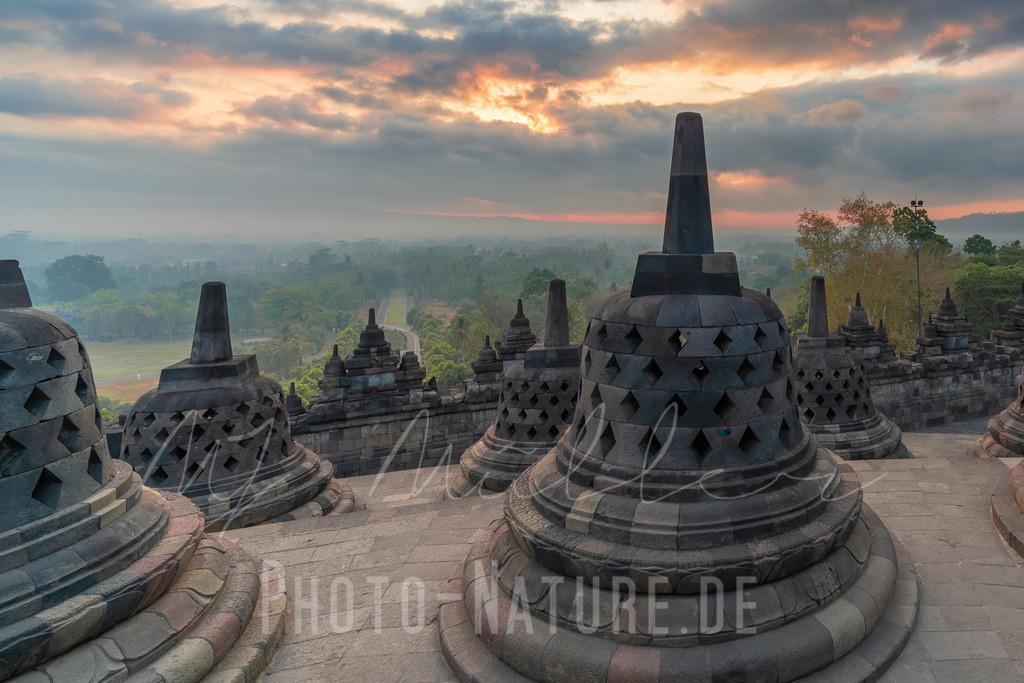 Die ersten Sonnenstrahlen des Tages | Sonnenaufgang am heiligen Tempel in Indonensien