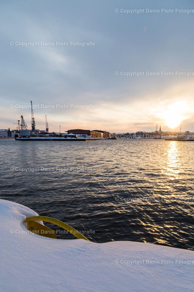 Lübecker Hafen im Winter | Winterliche Stimmung am Lübecker Hafen, mit historischen Kränen und Strandsalon