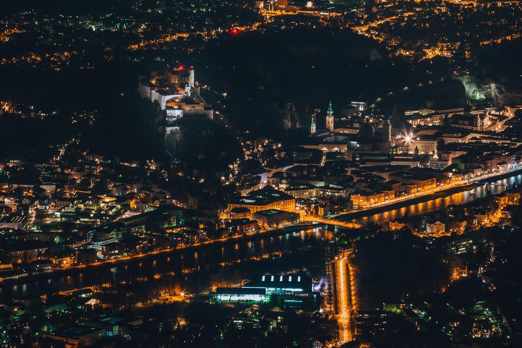 Salzburg bei Nacht mit Blick auf Festung   Salzburg bei Nacht - Blick vom Gaisberg auf die Stadt