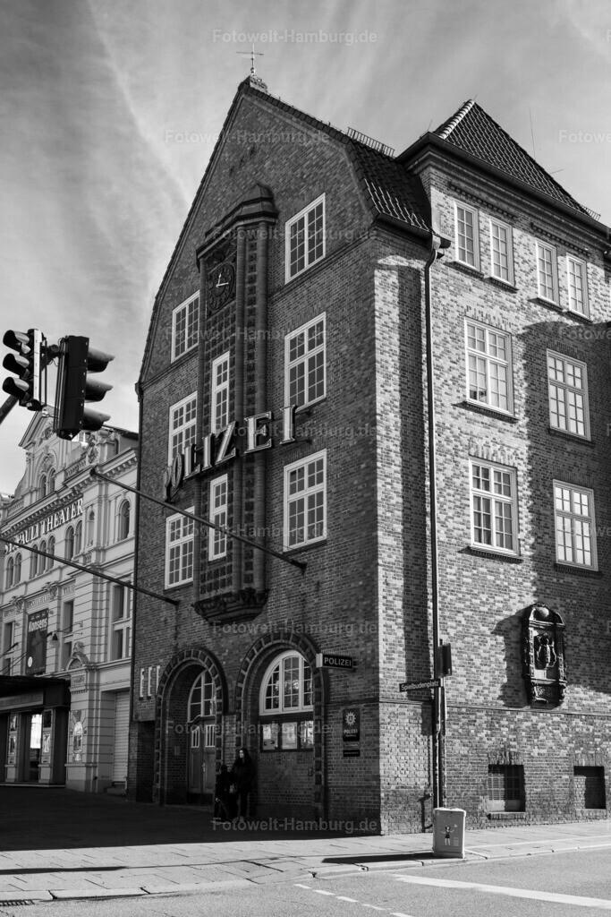 10200414 - Davidwache | Die bekannte Polizeistation am Spielbudenplatz auf St. Pauli, hier in einer faszinierenden Schwarzweißaufnahme.