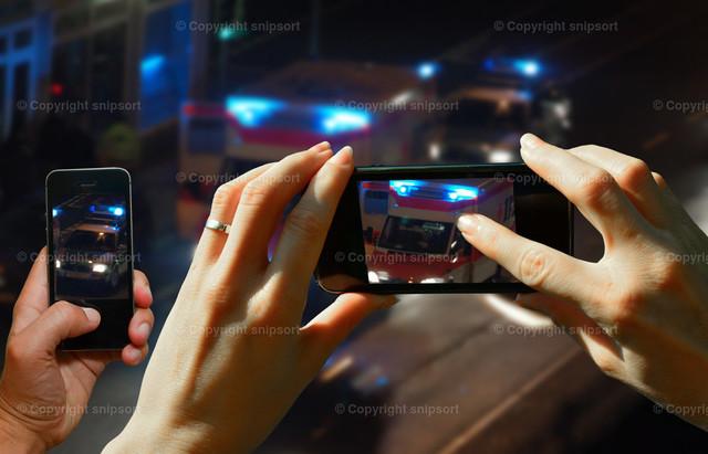 Schaulustige | Schaulustige Menschen filmen mit den Handys eine Unfallszene