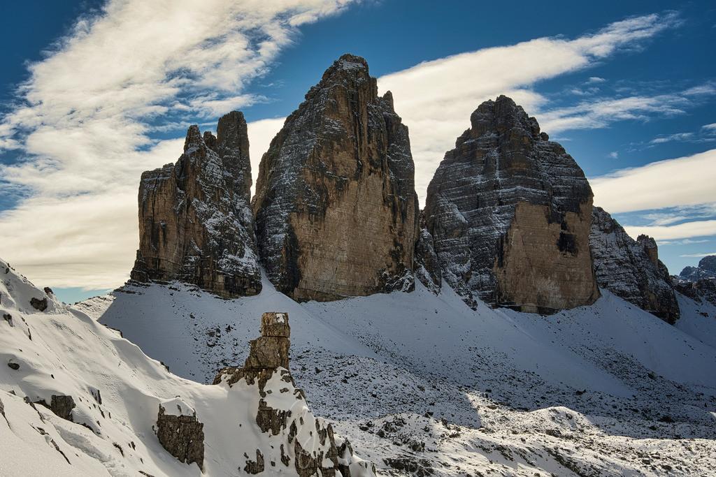 Drei Zinnen mit Schnee | Blauer Himmel und Schnee, dazu die Drei Zinnen in Südtirol.