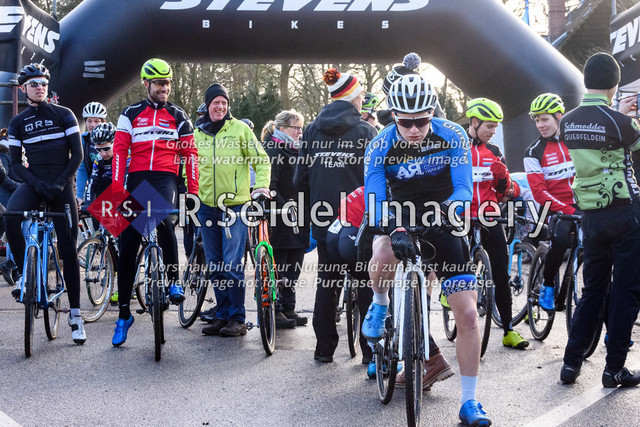Startfeld   vorne in blau: Bosse Kahlstorf (Radsportteam Uelzen, #53, Elite) mit 30s Vorsprung als jüngster U23 Starter