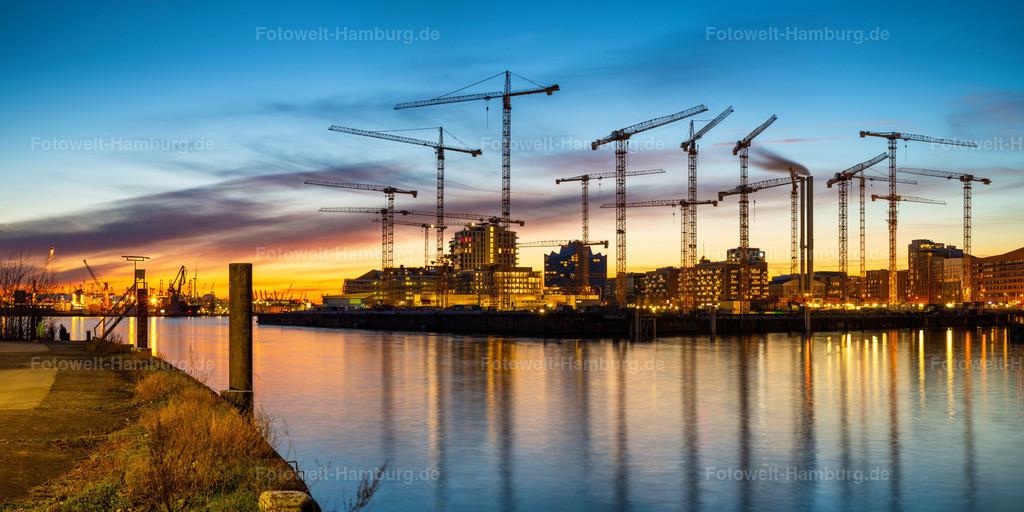 10210309 - Tanzende Kräne in der Hafencity | Ein eindrucksvolles Ensemble von Baukränen in der Hafencity bei einem perfekten Übergang von der goldenen zur blauen Stunde. Die Kräne bilden hier in ihrem Zusammenspiel förmlich eine eigene Skyline.