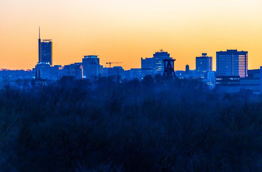 JT-190215-018 | Skyline von Essen, Hochhäuser der Innenstadt, mit dem Rathaus, rechts, RWE Tower, links,