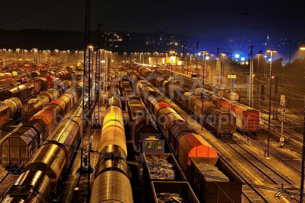 Ranghierbahnhof Hagen-Vorhalle   Nachtaufnahme am Rangierbahnhof im Hagener Stadtteil Vorhalle. Die Gütterwaggons werden zu Güterzügen zusammengestellt.