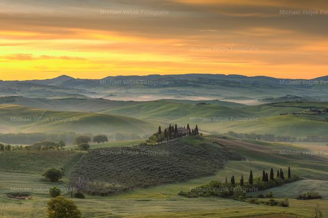Morgenstimmung im Val d'Orcia | Leichter Nebel liegt über dem Val d'Orcia in der Toskana, als langsam die Sonne empor kommt und die Landschaft in ein zauberhaftes Licht taucht.