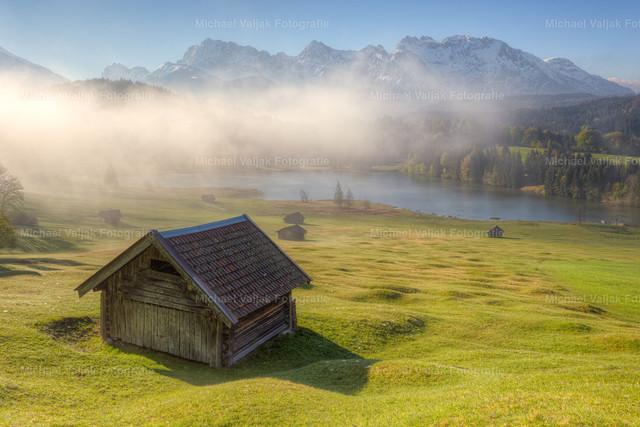 Nebelschwaden über dem Geroldsee   Langsam lösen die warmen Sonnenstrahlen den dichten Nebel auf und geben den Blick frei auf den Geroldsee mit dem mächtigen Karwendelmassiv im Hintergrund.