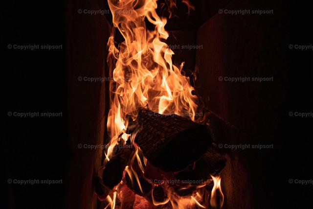 Lodernde Flammen im Kamin