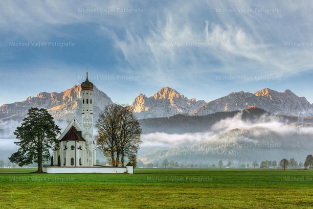 St. Coloman im Allgäu | Bei Schwangau in der Nähe von Füssen in Bayern steht unweit des Schloss Neuschwanstein die barocke Kirche St. Coloman. Sie ist eine der vielen Sehenswürdigkeiten im Allgäu, nicht zuletzt aufgrund des nahegelegenen Schlosses Neuschwanstein.