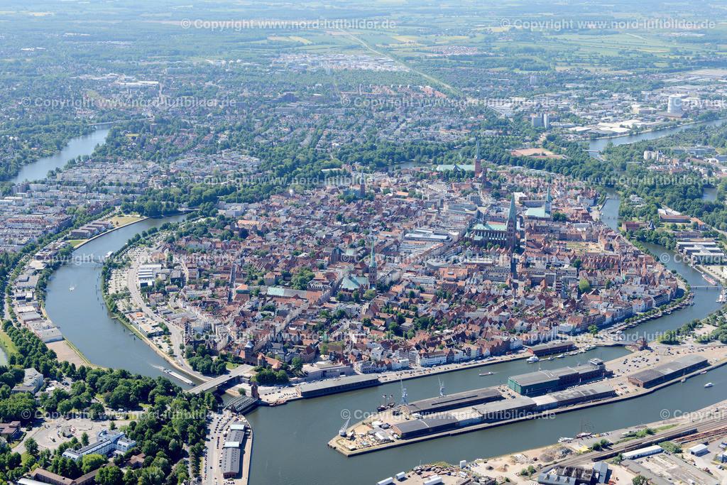 Lübeck_ELS_8346151106 | Lübeck - Aufnahmedatum: 10.06.2015, Aufnahmehoehe: 598 m, Koordinaten: N53°53.259' - E10°41.241', Bildgröße: 7181 x  4793 Pixel - Copyright 2015 by Martin Elsen, Kontakt: Tel.: +49 157 74581206, E-Mail: info@schoenes-foto.de  Schlagwörter;Foto Luftbild,Altstadt,HolstenTor,Kirche,Hanse,Hansestadt,Luftaufnahme,