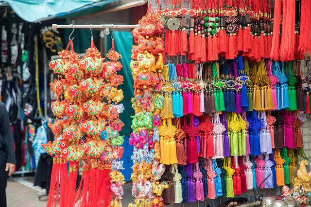 Singapur Chinatown Andenkenstand   SGP, Singapur, 19.02.2017, Singapur Chinatown Andenkenstand © 2017 Christoph Hermann, Bild-Kunst Urheber 707707, Gartenstraße 25, 70794 Filderstadt, 0711/6365685;   www.hermann-foto-design.de ; Contact: E-Mail ch@hermann-foto-design.de, fon: +49 711 636 56 85