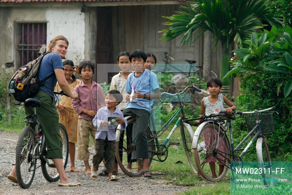 MW02311-FF | Vietnam | Provinz Ninh Binh | Reportage: Endangered Primate Rescue Center | Nach der Arbeit fährt die Tierpflegerin mit dem Fahrrad nach Hause. Manchmal besucht sie noch die Kinder im Dorf Cuc Phuong. Der Deutsche Tilo Nadler leitet das Rettungszentrum für gefährdete Primaten im Cuc-Phuong-Nationalpark.   ** Feindaten bitte anfragen bei Mario Weigt Photography, info@asia-stories.com **