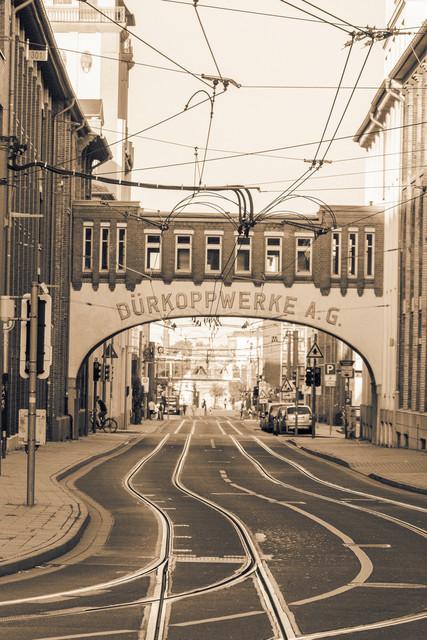 Dürkoppwerke AG in Bielefeld  | Strasse mit Strassenbahnschienen. Dürkoppwerke AG in Bielefeld. Aufnahme in Sepia.