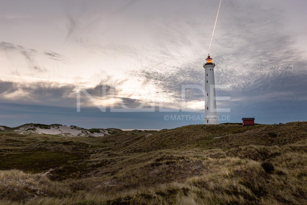 Leuchtturm Lyngvig Fyr zur blauen Stunde   Kurz nach Sonnenuntergang an der dänischen Nordseeküste