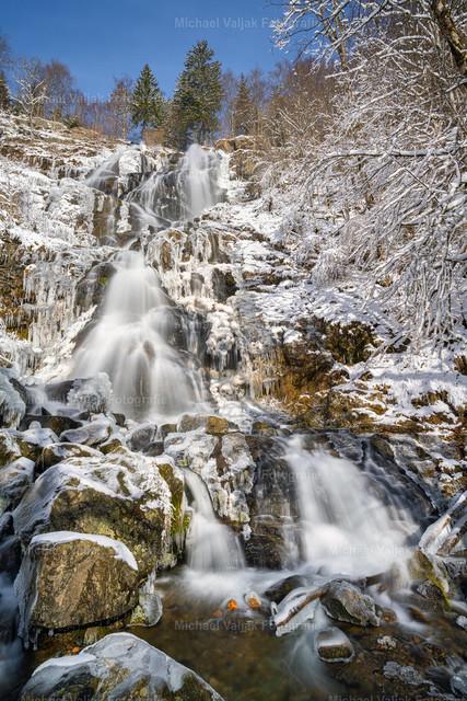 Todtnauer Wasserfall im Winter | Der Todtnauer Wasserfall befindet sich zwischen Todtnauberg und Aftersteg im Schwarzwald. Das Wasser stürzt über vier Stufen teils frei, teils gleitend insgesamt 97 Meter in die Tiefe.